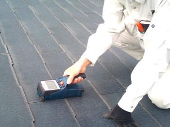 垂木を探すセンサーを使って太陽光発電を施工